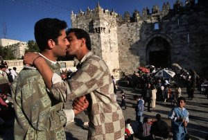 https://i2.wp.com/4.bp.blogspot.com/_Ms44_padCBU/SufBBWkh36I/AAAAAAAAAFU/OW2H_i_c39M/s320/arab_men_kissing.jpg