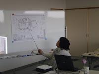 設計図を示しながらお話しする藤田さん