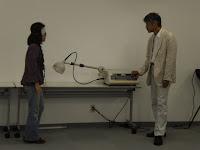 マイクロ波治療器のところで止まる参加者の女性