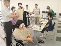 アイマスクをして白杖を使い室内を歩いてみます