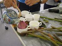 つぼみをカップに置き、花びらの中にお茶を注いだものを飲みます