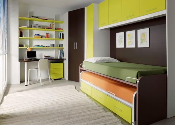 dormitorio con cama alta abatible y mesa de estudio abajo
