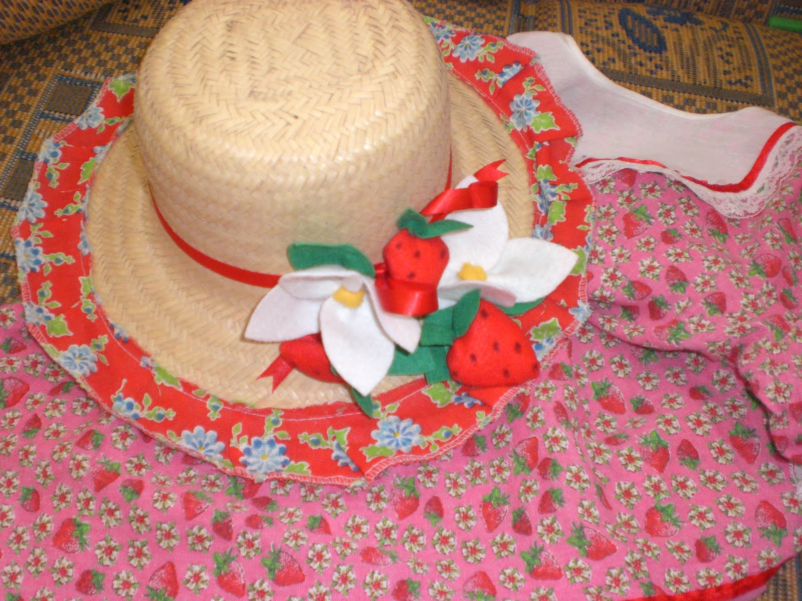 8f00c8620521e Pizinha Artesanatos Enfeite De Chap U E Chaveiro De Feltro ~ Decoração Com  Chapeu De Palha Para Festa Junina