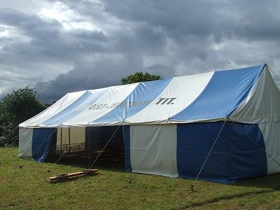ce2831b4071e ... nagy sátor, a fák árnyékában még plusz padok, ill. egy formás ki  színpad, amit athosz, az egyik fellépő (lásd később) talán örökre megjelölt  műsorával.