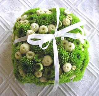 Zöld esküvői gyűrűpárna gombvirágból