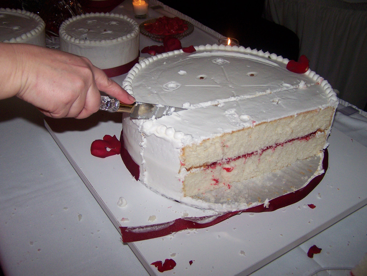 how to cut a round layered wedding cake the business of weddings how to cut a wedding cake 15621