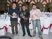 Kevin Spraggett, Karen Movzsizsian e Ibragim Khamrakulov con los trofeos del XXXIII Abierto Internacional de Ajedrez Ciudad de Sevilla 2008