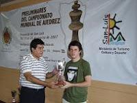 Diego Flores recogiendo el trofeo del Zonal 2.5 de Ajedrez 2007