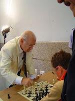 Primer plano de Viktor Korchnoi dando unas simultáneas de ajedrez en Oviedo