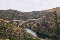 Viaducto llegando a la localidad zamorana de Pino del Oro