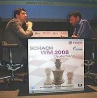 Kramnik y anand en la primera partida del Campeonato Mundial de ajedrez 2008