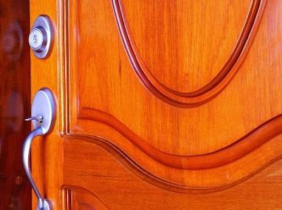 Barnizar puertas y ventanas de madera - Como barnizar una puerta de madera ...