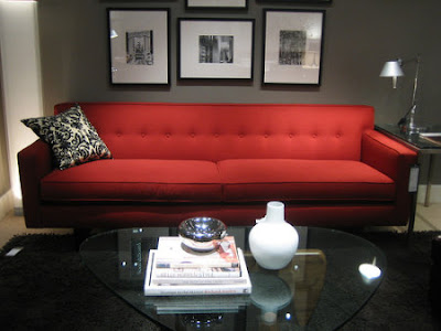 Sof rojo de qu color las paredes for Paredes grises y muebles marrones