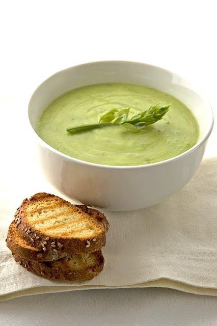 Zuppa verde con asparagi selvatici