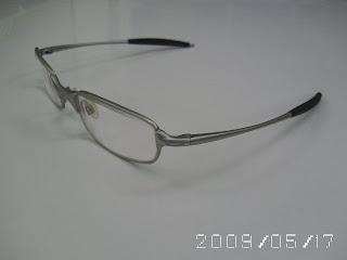 c9196e423611a Ele comprou com lentes escuras, como óculos de sol. Mas ele colocou lentes  de grau para usar como óculos de leitura e descanso.