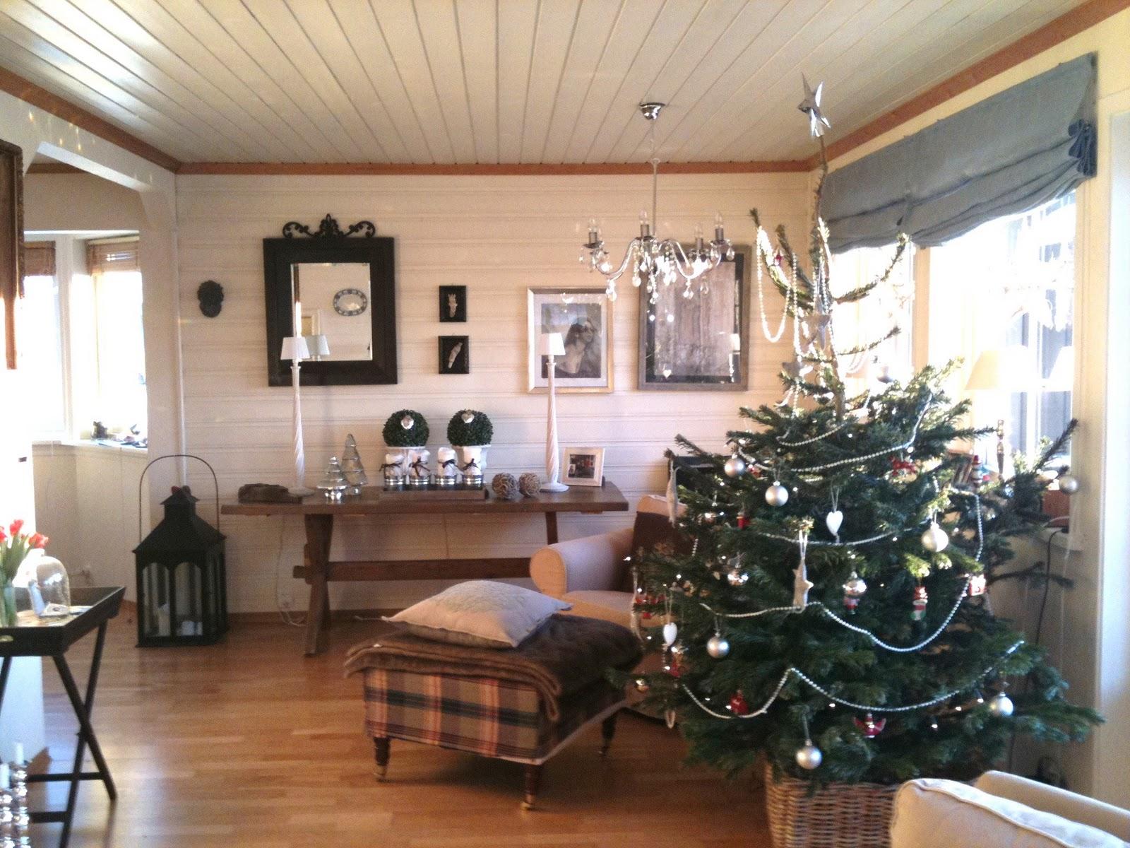 8ae05671 JUL I STUA....Toppen på juletreet...er meget skjevt...men vi hadde ikke  hjerte til å kutte den av...var jo litt sjarmerende og morsomt.