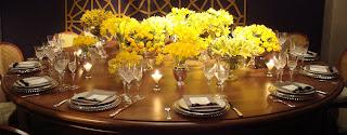 2 Detalhes de uma mesa AMARELA...!