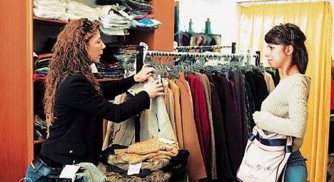 Το μικρό ψεγάδι εξαφανίζεται μπροστά στη μικρή τιμή και το επώνυμο  καρτελάκι που κρέμεται από τα ρούχα. Οι χαμηλόμισθοι -και όχι μόνο- ... 096dfa91a4d