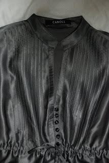 6b3bcdd55df6 Elégante tunique en soie CAROLL Couleur gris perle et broderies noires sur  le bas de la tunique. Col Mao, décolleté discret, fermeture par 6 petits  boutons ...