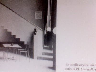 49b8068c56 Ho però pensato di cercare in qualche libro foto d'epoca, non  necessariamente in libri di architettura o design, ed ecco l'interno di uno  studio si Tamara ...