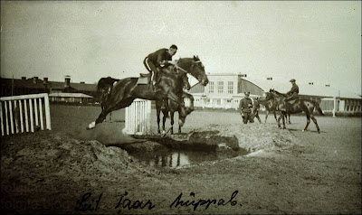 Leitnant Taar hüppab. Coll. Leppik. Tartu ratsarügement u 1939.