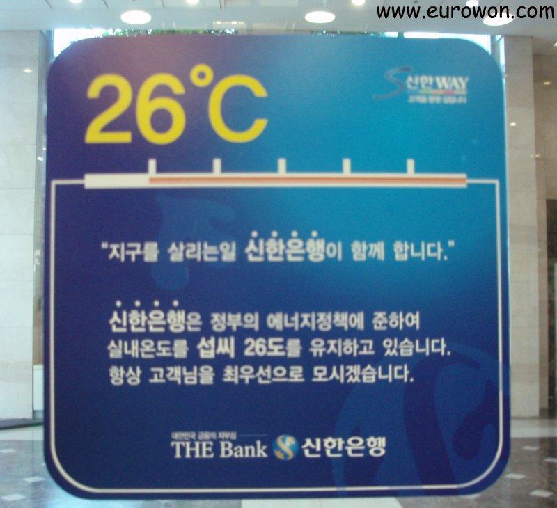 Cartel coreano que recomienda poner el aire acondicinado a 26 grados