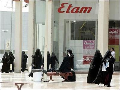 8e98ee8fd5e In Arabië, het Prachtland der prachtlanden, mogen enkel mannen in winkels  werken, omdat de scheiding der geslachten (ongetwijfeld, een beladen woord  in het ...