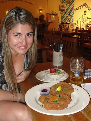 Schnitzel com Kartoffelsalat (porco com salada de batata).