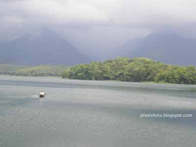 scenic-dam-sites-in-kerala,dam-tourist-spots,tour-spots-palakkad-kerala,boat-in-dam-lake