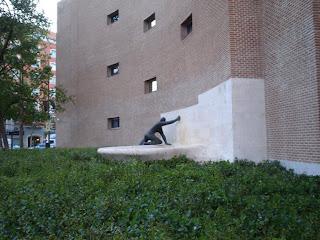 El edificio sujeto por un hombre