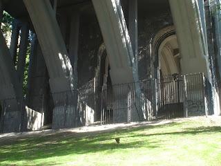 Todos los mendigos fuera del viaducto.