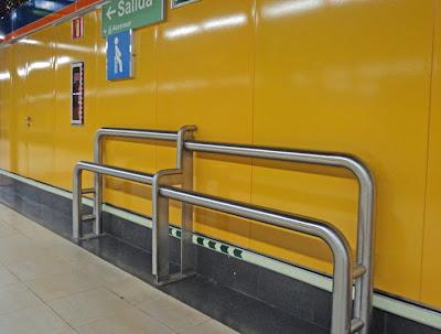 Esos asientos tan raros del metro
