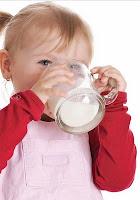Süt içen Çocuk