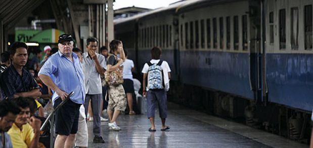 Raka spåret med tåg i Thailand