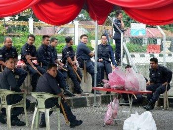 Polis sudah menguasai khemah majlis di luar bagunan DAP Negeri Perak.