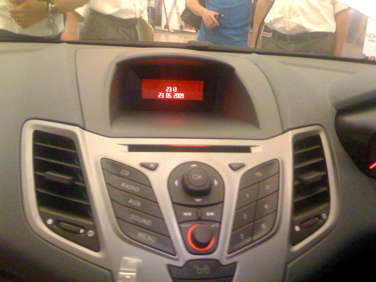 autoradio probleme fonctionnel sur ford fiesta 2010 autos. Black Bedroom Furniture Sets. Home Design Ideas