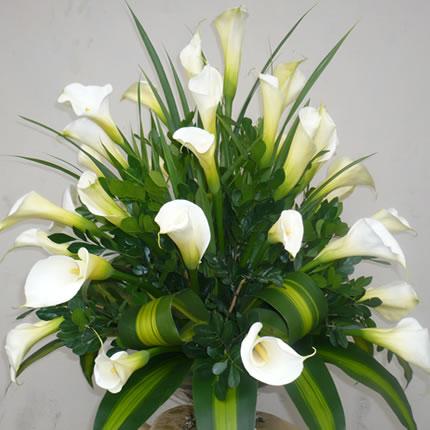 arreglo floral con cartuchos blancos