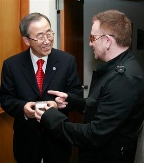 Bono en la Naciones Unidas con Ban Ki Moon, secretario general