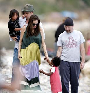 The Edge, Angelina Jolie y Brad Pitt en la playa en EZE