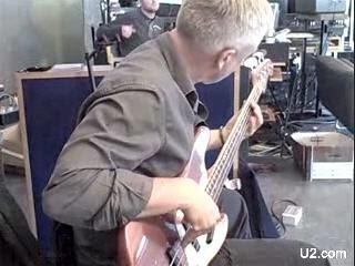 Adam Clayton con el bajo en Hanover Quay, Dublin