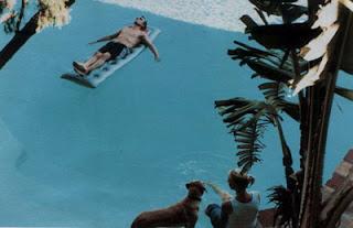 Larry en la piscina