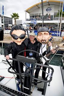 Norman Hewson junto a las cabezas de Bono y Edge