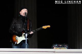Edge ensayando para el concierto dedicado a Obama