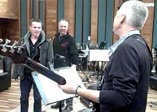 Adam contocando bajo en los Olympic studios de londres