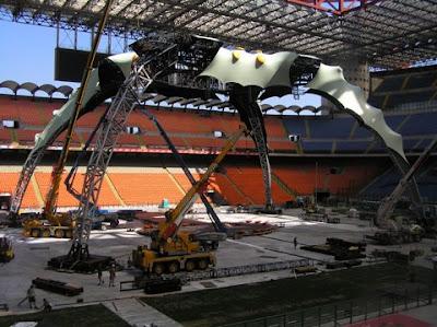 Milan, San Siro: Montaje del escenario de U2 360 Tour 1