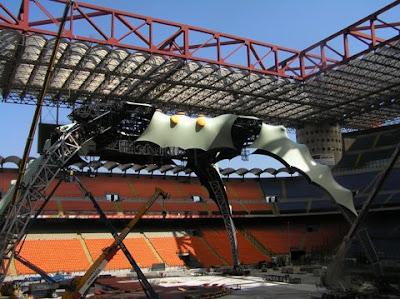 Milan, San Siro: Montaje del escenario de U2 360 Tour 2