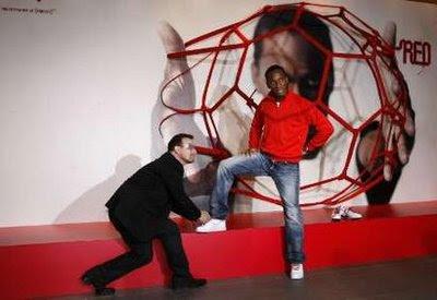 Bono y Didier Drogba para RED y Nike