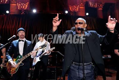 Edge y Sam Moore en el escenario de la gala contra el cancer en nueva york