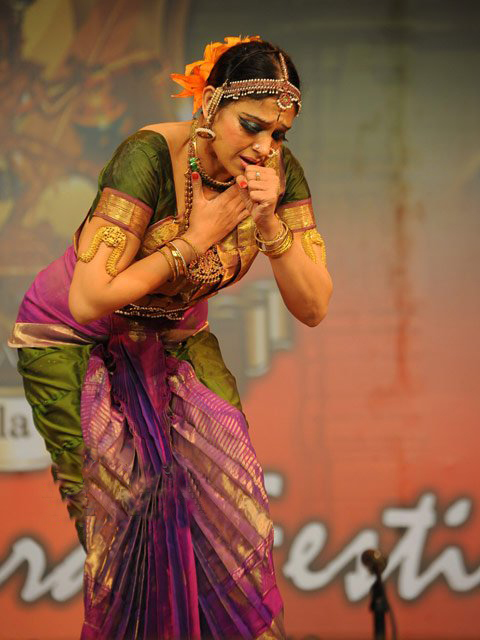 Hot Collection: Shobana Dancing Photogallery