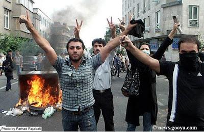 Esultanza. Una foto degli scontri di sabato 20 giugno dal blog di Saeed Valadbaygi